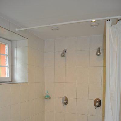 Toilette EG Jungen, Duschen